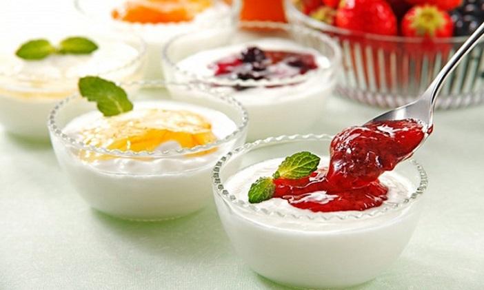 Cách cho con ăn sữa chua