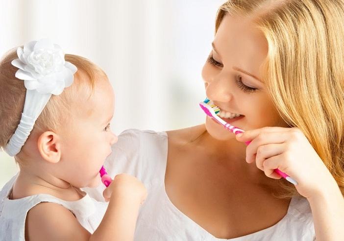 Tập đánh răng cho bé khi bé mọc răng là điều mẹ cần làm