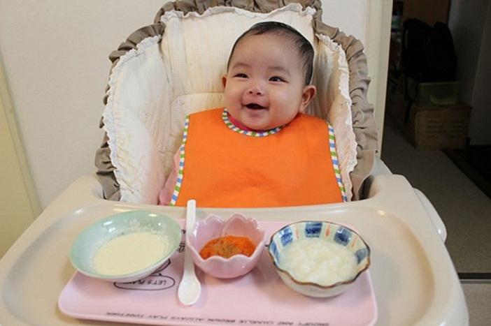 Ăn dặm kiểu Nhật bé 7 tháng đã bắt đầu biết nghịch ngợm lúc ăn