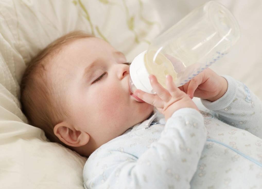 Đừng để trẻ ngậm bình sữa quá lâu