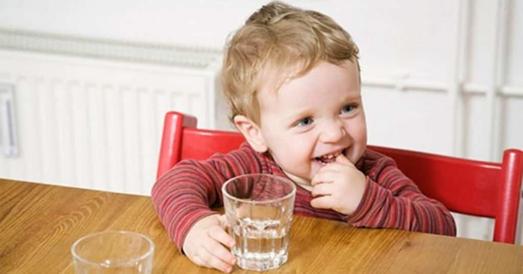 bé uống nước