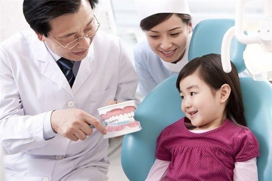Bệnh sâu răng ở trẻ em là một bệnh do hậu quả của tổng hợp các yếu tố