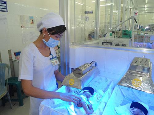 Trẻ sẽ được đặt dưới mộtloại ánh sáng huỳnh quang để điều trị bệnh vàng da