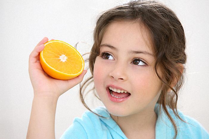 Bổ sung vitamin cho trẻ có thể dùng cam