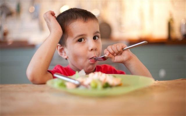 cách cho con ăn đúng cách