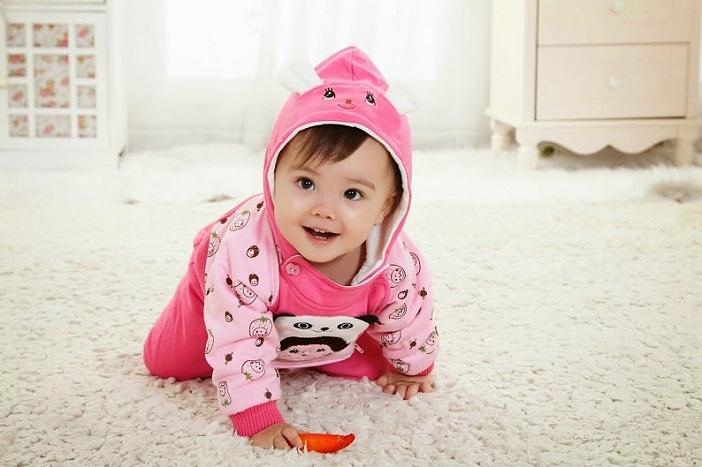 Cho trẻ vận động bên ngoài cũng là cách chăm sóc trẻ mùa lạnh