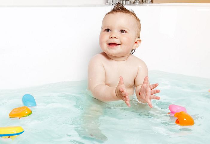 Việc tắm trong chăm sóc trẻ mùa lạnh cũng cần được lưu ý