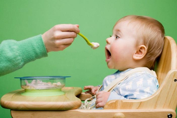 Bố mẹ nên học cách cho con ăn đúng cách