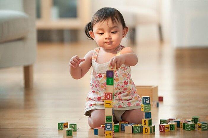 Cho bé học chữ qua trò chơi xếp chữ là cách dạy bé học chữ cái tiếng Việt hay