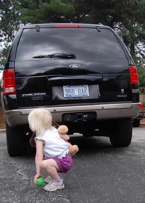 Dạy bé tránh xa điểm mù ô tô