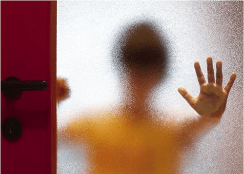 Dạy con cách phòng tránh xâm hại trong đó có việc cha mẹ cần dạy bé biết cách thoát thân khi bị kẻ gian tóm chặt