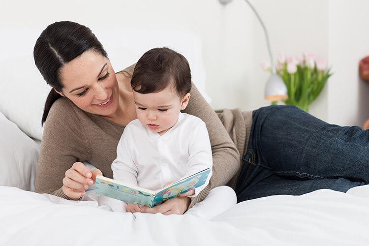 Cha mẹ cần nói chuyện thường xuyên với trẻ, đọc sách, đọc truyện cho trẻ nghe