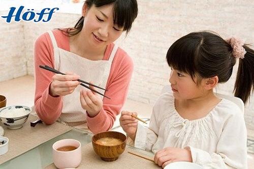 Cách dạy trẻ lịch sự trong ăn uống