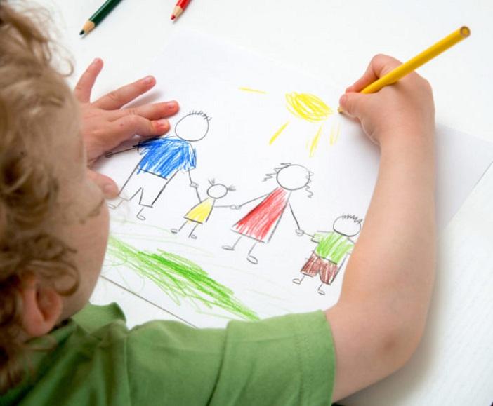 Dạy trẻ mầm non học vẽ giúp bé hứng thú, vui vẻ