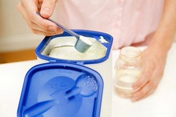 Pha sữa không đúng công thức ảnh hưởng đến trẻ sơ sinh