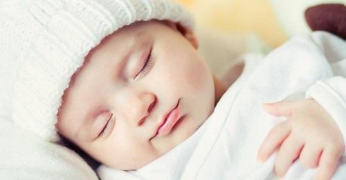 Đội mũ che thóp cho trẻ sơ sinh