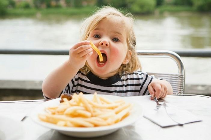 Bố mẹ hãy học cho con ăn đúng cách, tránh những món ăn có hại