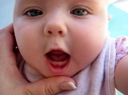 Cách giảm đau khi bé mọc răng sữa