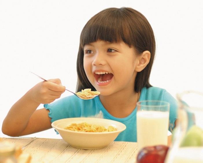 Cho bé ăn theo nhu cầu, đừng ép trẻ ăn là cách giúp trẻ hay ăn chóng lớn