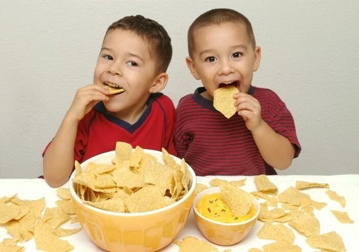 Cho trẻ ăn các món ăn cho trẻ ngày tết đúng cách để đảm bảo dinh dưỡng