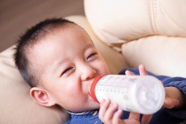 Cho bé yêu uống sữa