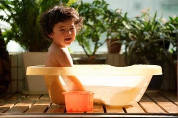 Sai lầm khi tắm nắng cho trẻ