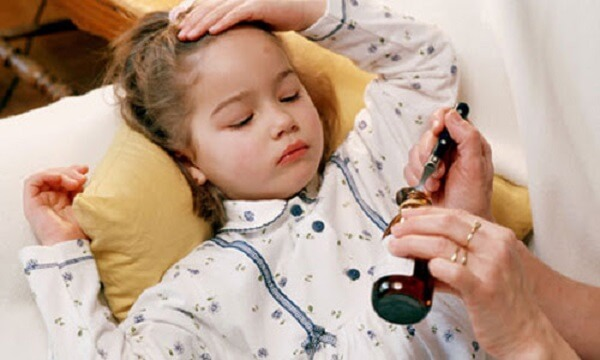 Sai lầm phổ biến khi hạ sốt cho con