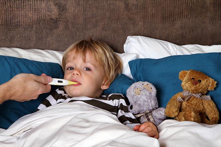 Trẻ bị sốt cao cần được chăm đúng cách