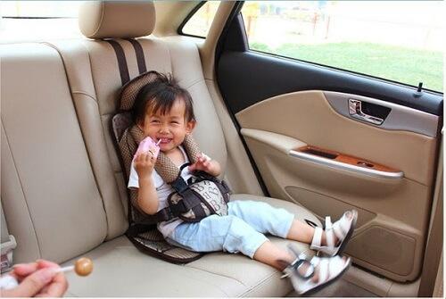 Vị trí con ngồi khi đi xe