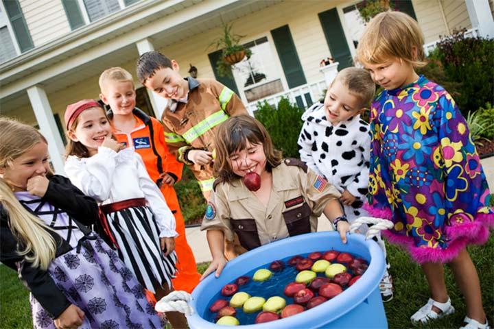 cách chơi đớp táo halloween