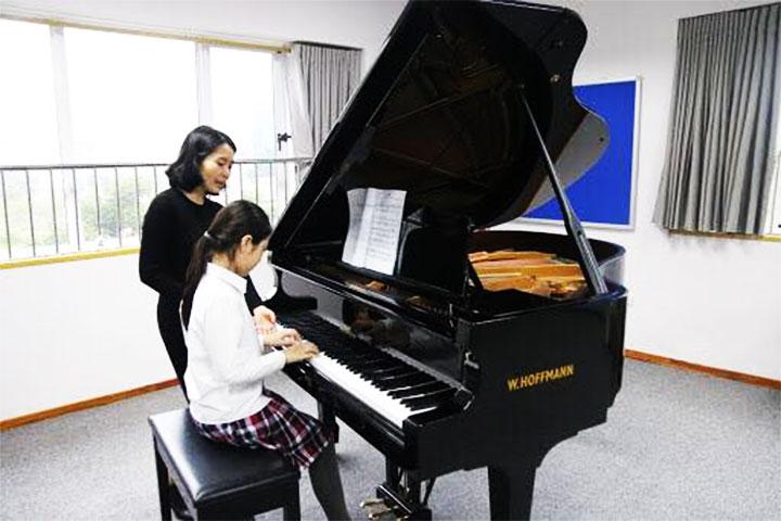 lớp học piano tiến thành music school