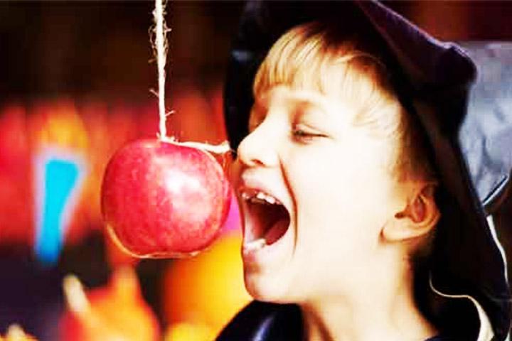 trò chơi đớp táo halloween
