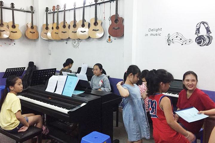 trường dạy piano dấu chấm đen