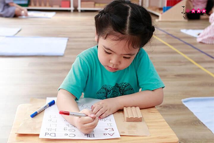 giúp trẻ tập trung montessori