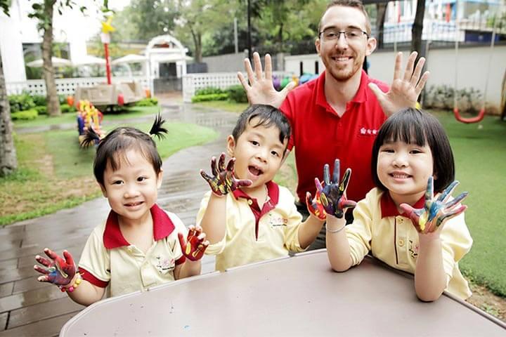 trẻ bao nhiêu tuổi nên học montessori