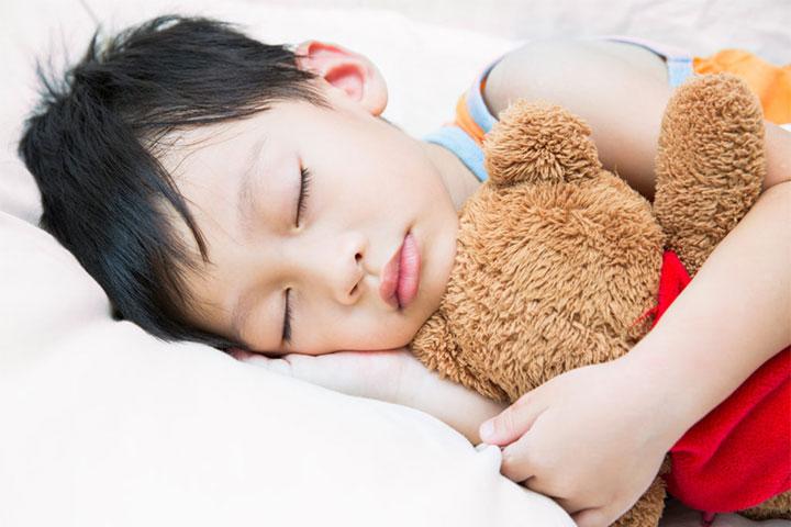 fading bé ngủ cùng gấu
